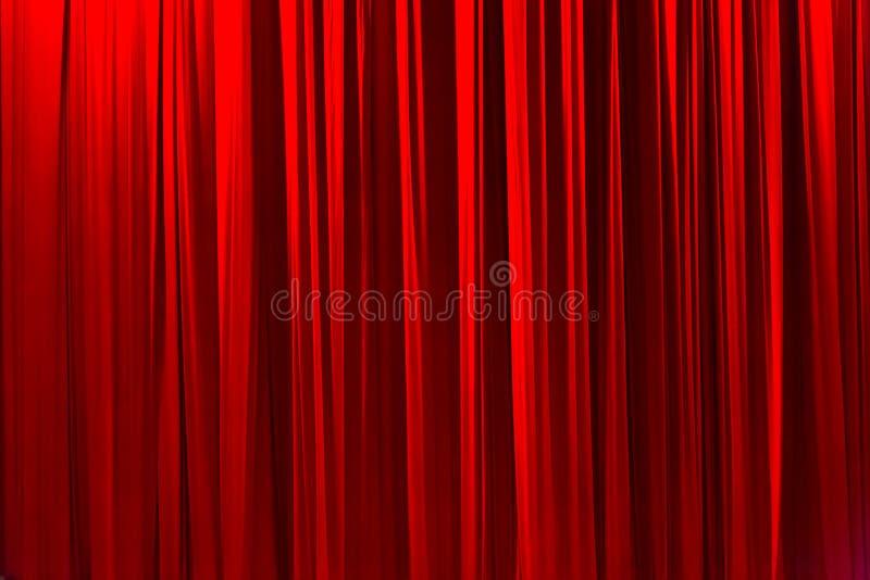 Κόκκινη ριγωτή κουρτίνα στο κομψό υπόβαθρο σύστασης θεάτρων στοκ φωτογραφία με δικαίωμα ελεύθερης χρήσης