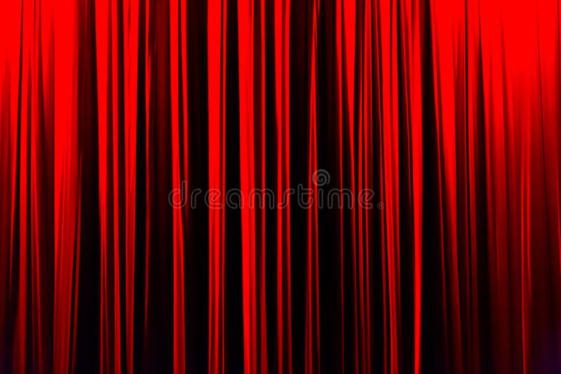 Κόκκινη ριγωτή κουρτίνα στο κομψό υπόβαθρο σύστασης θεάτρων στοκ φωτογραφίες με δικαίωμα ελεύθερης χρήσης