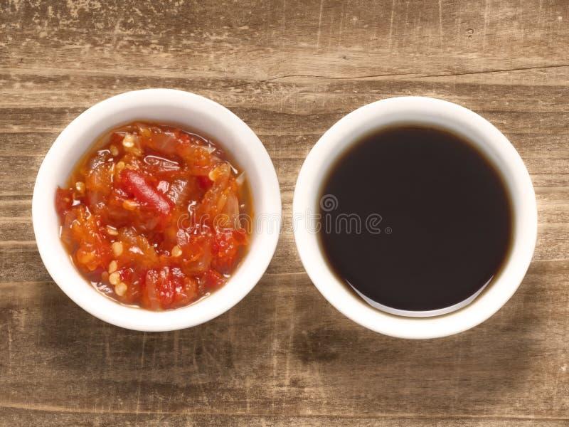 Κόκκινη σάλτσα τσίλι και σόγιας στοκ εικόνες