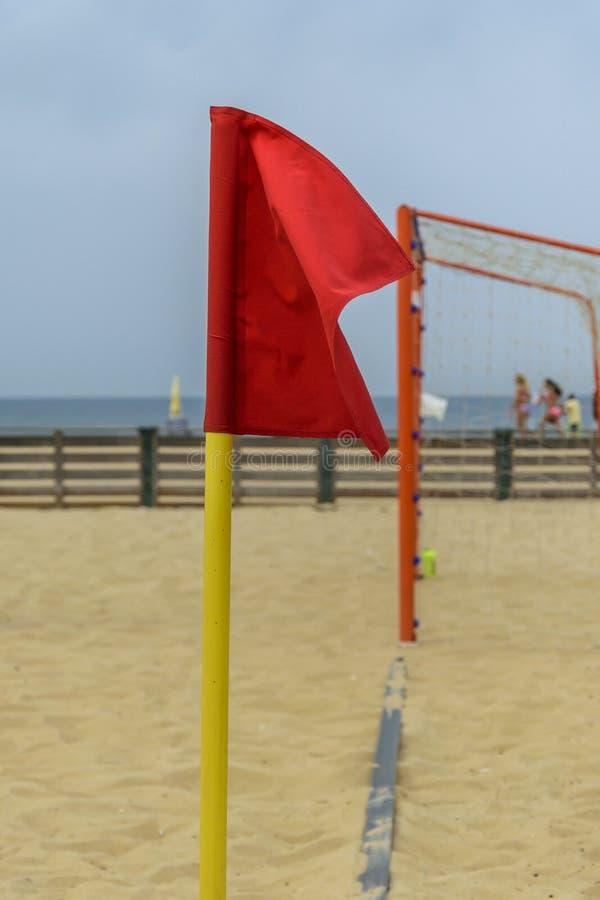 Κόκκινη σημαία που επισημαίνει μια γωνία ενός γηπέδου ποδοσφαίρου παραλιών στοκ φωτογραφία