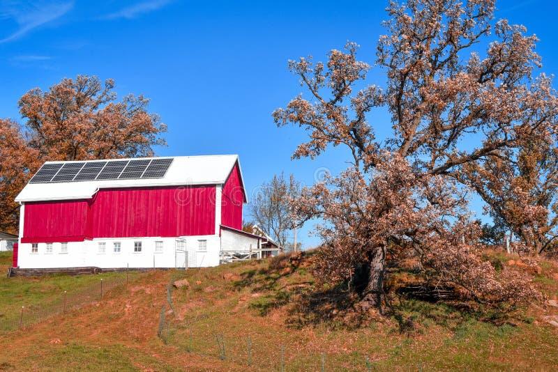 Κόκκινη σιταποθήκη με τα ηλιακά πλαίσια στοκ φωτογραφίες