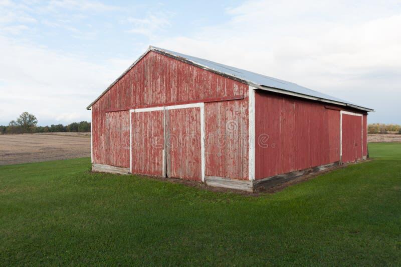 Κόκκινη σιταποθήκη στην αγροτική χώρα στοκ εικόνα με δικαίωμα ελεύθερης χρήσης