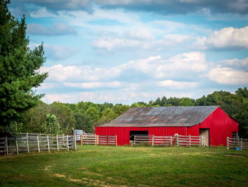 Κόκκινη σιταποθήκη το καλοκαίρι στοκ φωτογραφία