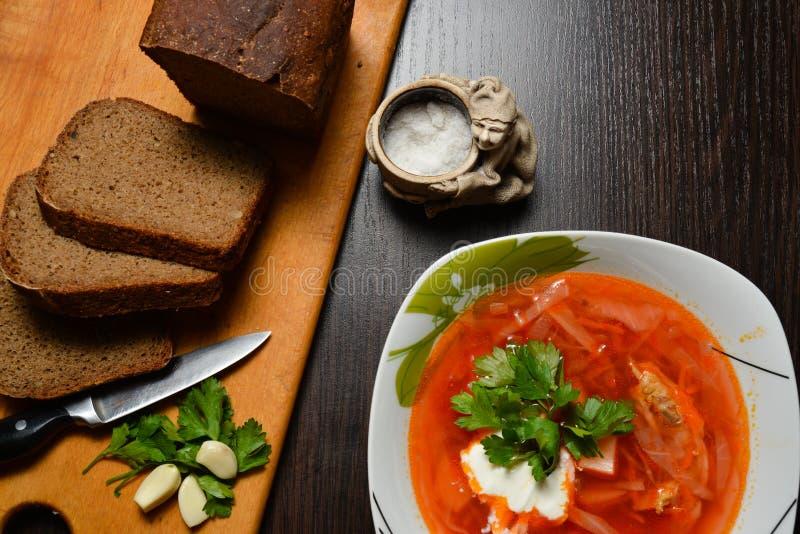 Κόκκινη σούπα με το σκόρδο ψωμιού χορταριών στοκ φωτογραφία με δικαίωμα ελεύθερης χρήσης