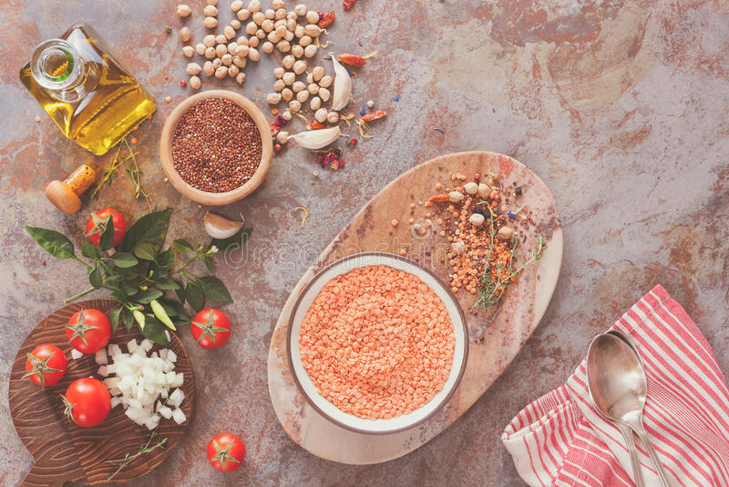 Κόκκινη σούπα φακών με Chickpeas και Quinoa στοκ εικόνες