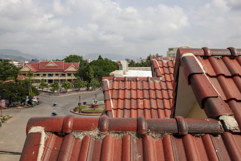 Κόκκινη στέγη κλίμακας και αστικό τοπίο Παραδοσιακή στέγη κλίμακας Καμποτζιανή πόλης άποψη Παλαιό ιστορικό ύφος αρχιτεκτονικής στοκ εικόνες