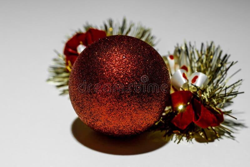 Κόκκινη σφαίρα Χριστουγέννων διακόσμηση Χριστουγέννων στοκ εικόνα