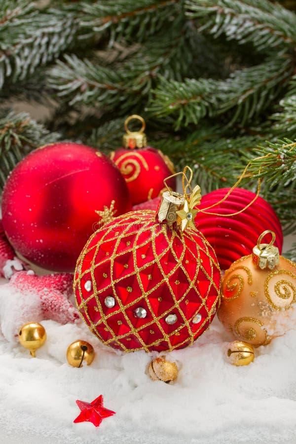 Κόκκινη σφαίρα Χριστουγέννων κάτω από το αειθαλές δέντρο στοκ φωτογραφία με δικαίωμα ελεύθερης χρήσης