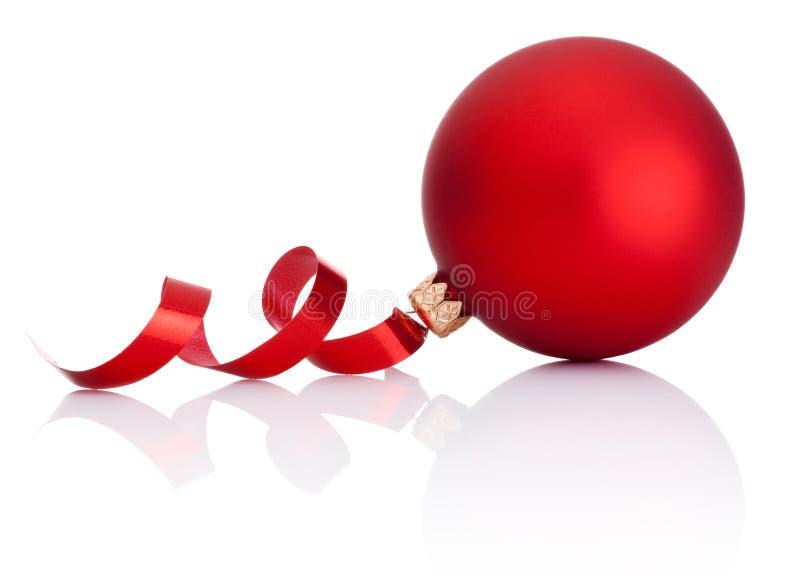 Κόκκινη σφαίρα Χριστουγέννων και κατσαρώνοντας έγγραφο για το λευκό στοκ εικόνες με δικαίωμα ελεύθερης χρήσης