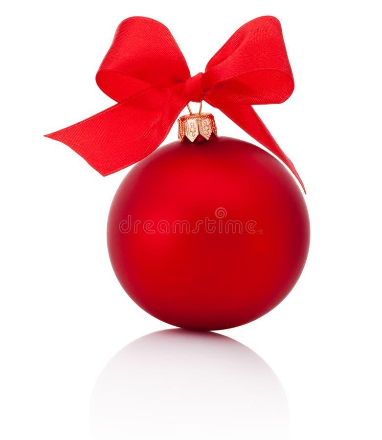 Κόκκινη σφαίρα Χριστουγέννων με το τόξο κορδελλών που απομονώνεται στο άσπρο υπόβαθρο στοκ φωτογραφία με δικαίωμα ελεύθερης χρήσης