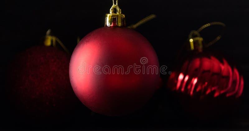 Κόκκινη σφαίρα Χριστουγέννων lowlight στοκ φωτογραφία με δικαίωμα ελεύθερης χρήσης