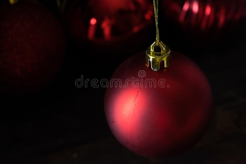 Κόκκινη σφαίρα Χριστουγέννων lowlight στοκ φωτογραφίες