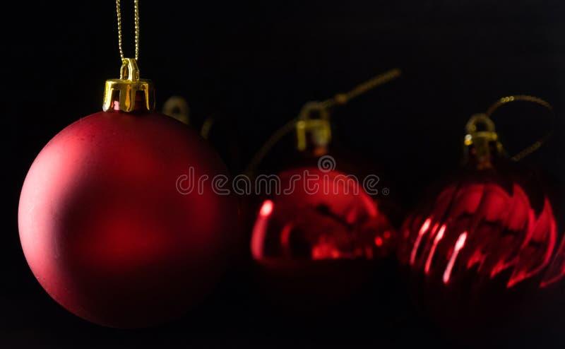 Κόκκινη σφαίρα Χριστουγέννων lowlight στοκ εικόνα με δικαίωμα ελεύθερης χρήσης