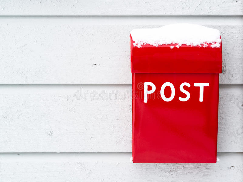 Κόκκινη ταχυδρομική θυρίδα με το χιόνι στην κορυφή στοκ εικόνες