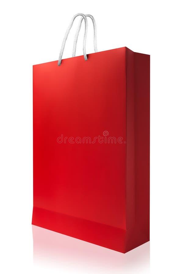 Κόκκινη τσάντα αγορών, που απομονώνεται με το ψαλίδισμα της πορείας στο άσπρο backgroun στοκ φωτογραφία