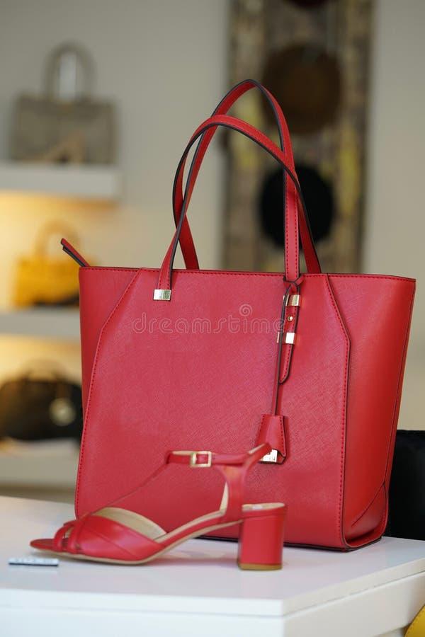 Κόκκινη τσάντα και κόκκινα παπούτσια στοκ εικόνα με δικαίωμα ελεύθερης χρήσης