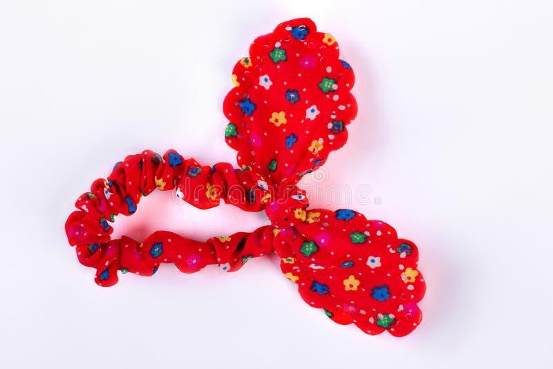 Κόκκινη υφαντική τρίχα scrunchy με ένα σχέδιο των λουλουδιών στοκ εικόνες
