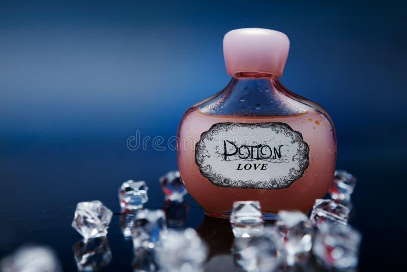 Κόκκινη φίλτρο αγάπης σε ένα μπουκάλι με τα κρύσταλλα στοκ φωτογραφίες με δικαίωμα ελεύθερης χρήσης