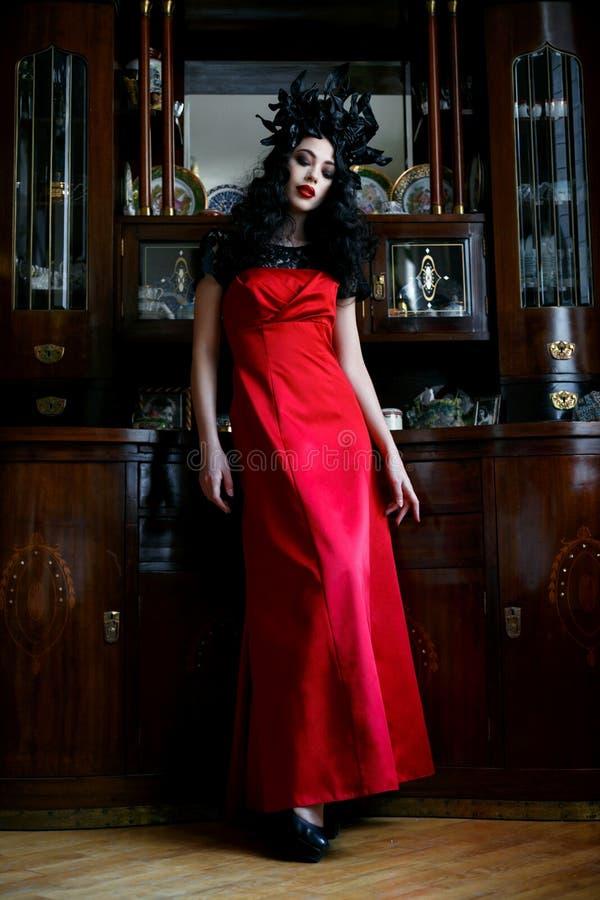 κόκκινη φορώντας γυναίκα &phi στοκ εικόνα με δικαίωμα ελεύθερης χρήσης
