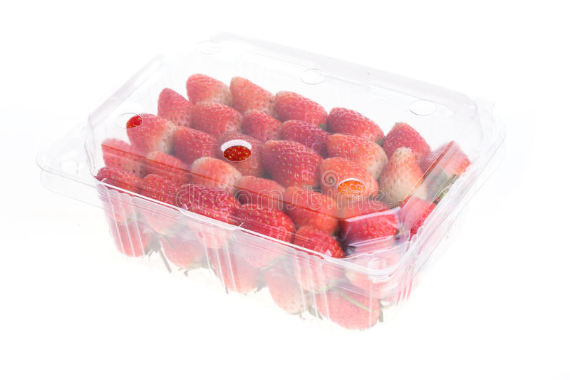 Κόκκινη ώριμη φράουλα στο πλαστικό κιβώτιο της συσκευασίας, που απομονώνεται στοκ εικόνες