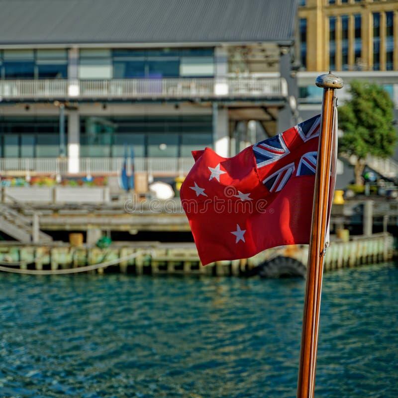 Κόκκινη Ensign της Νέας Ζηλανδίας σημαία σε μια βάρκα στοκ εικόνες με δικαίωμα ελεύθερης χρήσης
