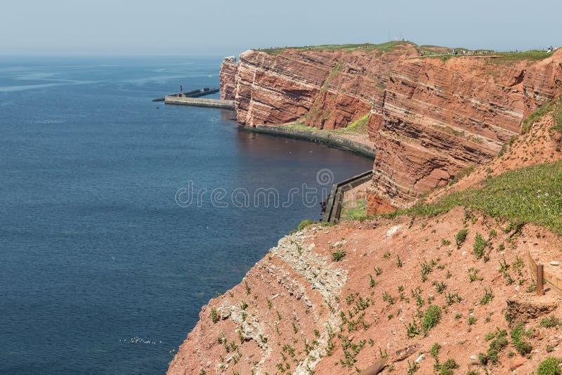 Κόκκινοι απότομοι βράχοι του γερμανικού νησιού Helgoland με τα τοποθεμένος θαλασσοπούλια στοκ φωτογραφίες