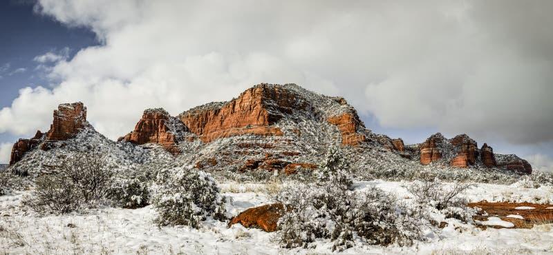Κόκκινοι βράχοι κάτω από το χιόνι στοκ εικόνες