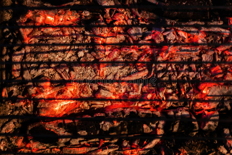 Κόκκινοι καίγοντας άνθρακες και μια σχάρα για μια σχάρα Τοπ άποψη, σκοτεινή ΤΣΕ στοκ φωτογραφία με δικαίωμα ελεύθερης χρήσης