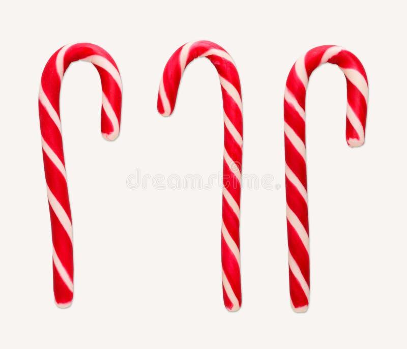 Κόκκινοι και άσπροι κάλαμοι καραμελών Χριστουγέννων που απομονώνονται στο λευκό στοκ φωτογραφία