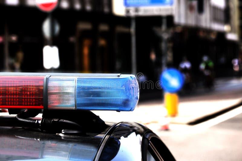 Κόκκινοι και μπλε ηλεκτρικοί φακοί του περιπολικού της Αστυνομίας στο σημείο ελέγχου στοκ εικόνα