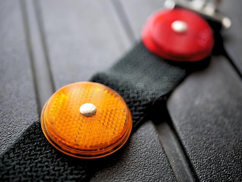 Κόκκινοι και πορτοκαλιοί ανακλαστήρες φωτός ασφάλειας για, στρατοπεδεύοντας, οδική ασφάλεια στοκ φωτογραφίες με δικαίωμα ελεύθερης χρήσης