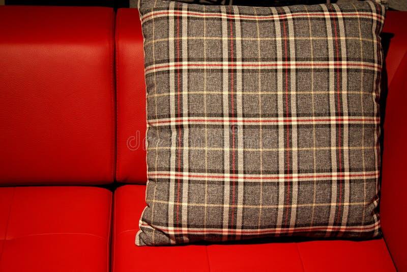 Κόκκινοι καναπές και μαξιλάρι