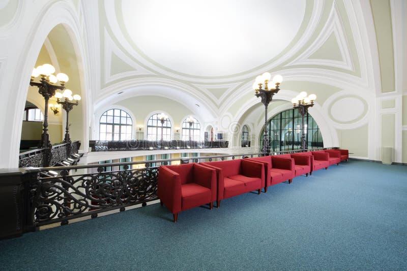 Κόκκινοι καναπέδες στο εμπόριο και τη βιομηχανική αίθουσα της Ρωσίας στοκ φωτογραφίες