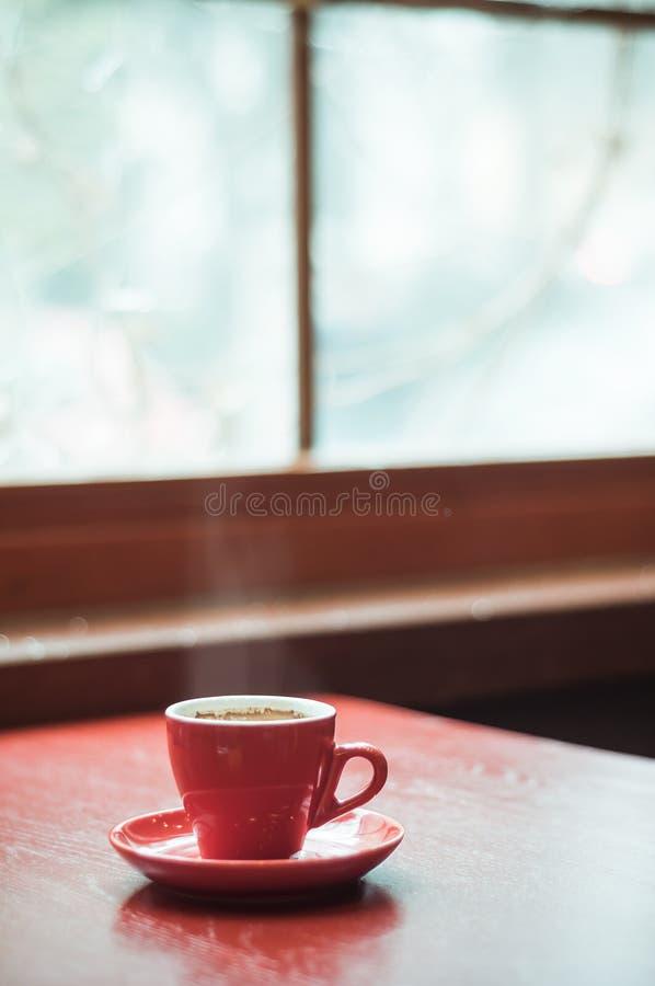 Κόκκινοι καφές και παράθυρο κουπών στοκ φωτογραφίες με δικαίωμα ελεύθερης χρήσης
