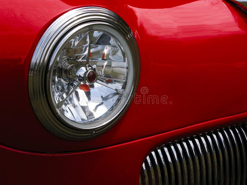 Κόκκινοι κλασικοί προβολέας και σχάρα αυτοκινήτων στοκ εικόνα