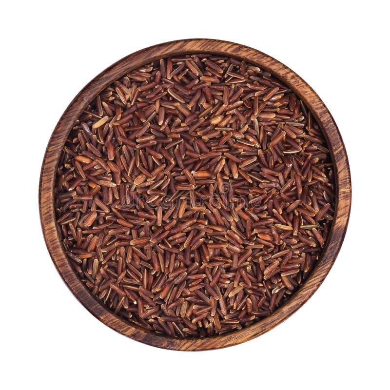 Κόκκινοι κόκκοι ρυζιού στο ξύλινο κύπελλο που απομονώνεται στο άσπρο υπόβαθρο Τοπ όψη στοκ εικόνα με δικαίωμα ελεύθερης χρήσης