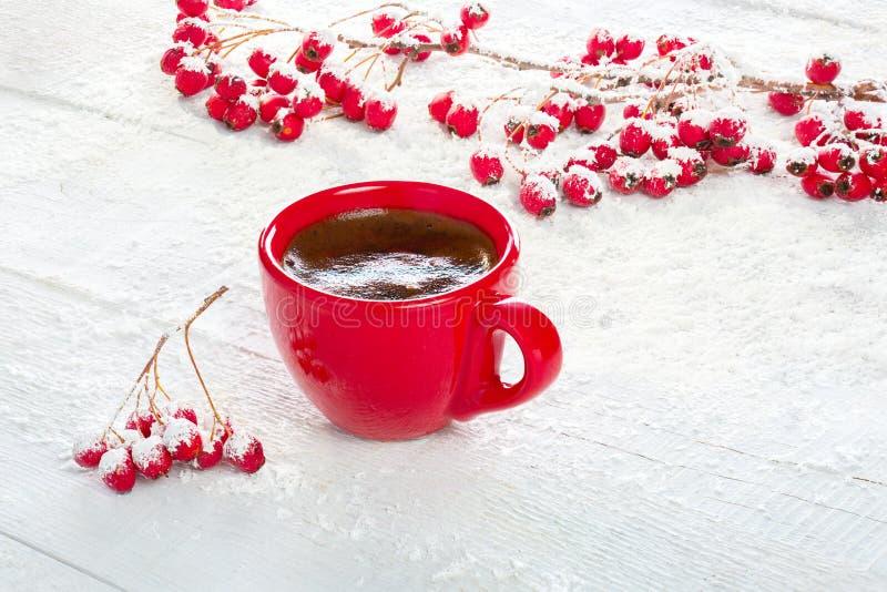Κόκκινοι φλιτζάνι του καφέ και κλάδοι με τα μούρα κραταίγου σε ένα παλαιό άσπρο ξύλινο υπόβαθρο στοκ εικόνες με δικαίωμα ελεύθερης χρήσης