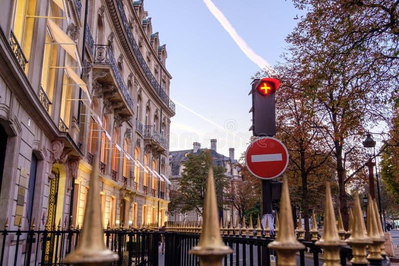 Κόκκινοι φωτεινοί σηματοδότες κοντά σε έναν φράκτη με τις ακίδες στοκ φωτογραφίες με δικαίωμα ελεύθερης χρήσης