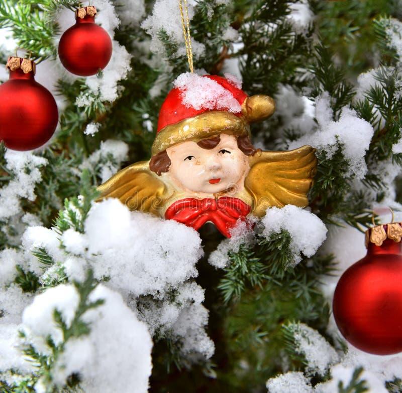Κόκκινος άγγελος σφαιρών δέντρων διακοσμήσεων Χριστουγέννων στοκ φωτογραφία με δικαίωμα ελεύθερης χρήσης