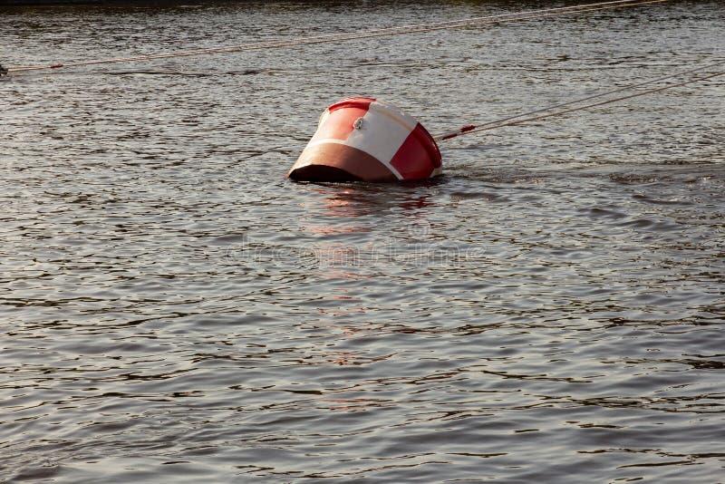 Κόκκινος-άσπρη μεγάλη άγκυρα πρόσδεσης σημαντήρων και χαλιναριών για τα μεγάλα σκάφη στοκ εικόνες