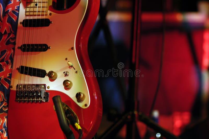 κόκκινος αναδρομικός κιθάρων στοκ εικόνες