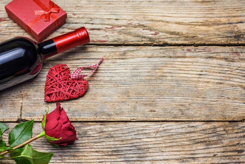 Κόκκινος αυξήθηκε, ένα μπουκάλι του κιβωτίου κρασιού, καρδιών και δώρων κόκκινος αυξήθηκε στοκ εικόνες με δικαίωμα ελεύθερης χρήσης