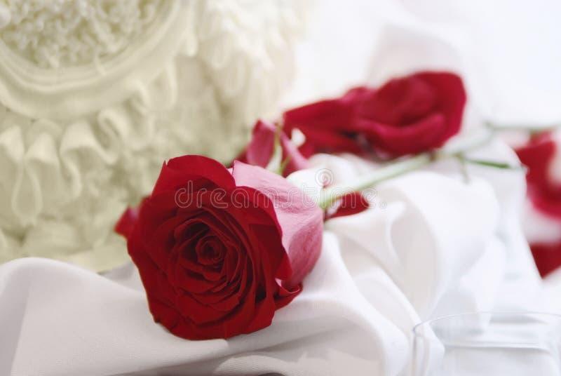 Κόκκινος αυξήθηκε και κέικ, γάμος ή έννοια βαλεντίνων στοκ εικόνα με δικαίωμα ελεύθερης χρήσης