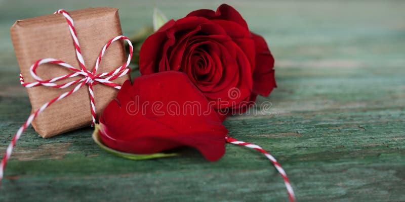 Κόκκινος αυξήθηκε με το αιφνιδιαστικό δώρο στοκ εικόνα με δικαίωμα ελεύθερης χρήσης
