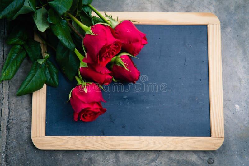 Κόκκινος αυξήθηκε στον πίνακα στοκ φωτογραφία με δικαίωμα ελεύθερης χρήσης