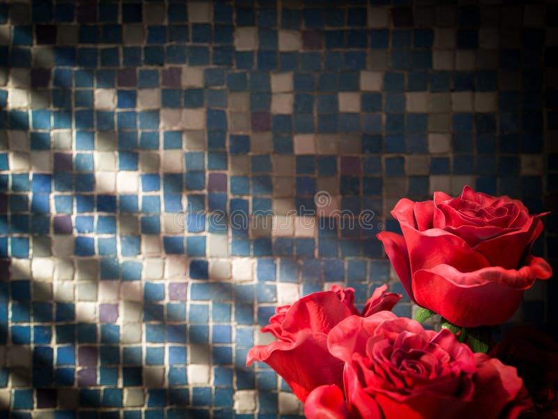 κόκκινος αυξήθηκε στο κεραμωμένο διακοσμητικό υπόβαθρο τοίχων στοκ εικόνα με δικαίωμα ελεύθερης χρήσης