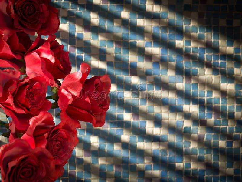 κόκκινος αυξήθηκε στο κεραμωμένο διακοσμητικό υπόβαθρο τοίχων στοκ εικόνες