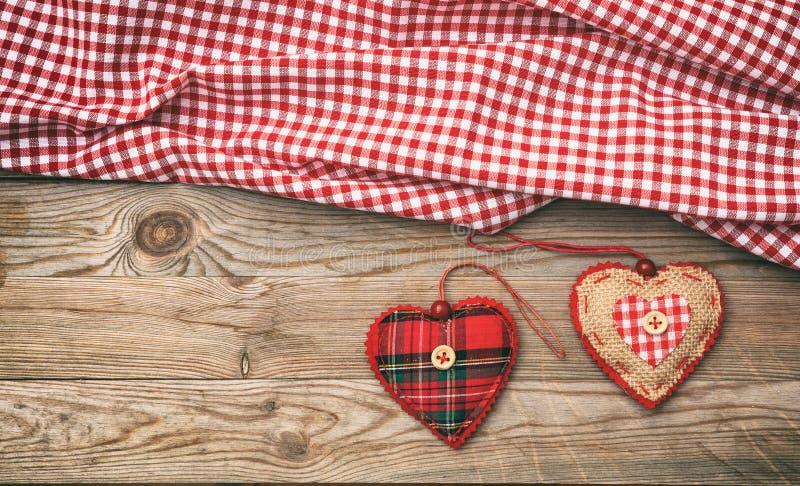 κόκκινος αυξήθηκε Τοπ άποψη των καρδιών υφάσματος, ξύλινο υπόβαθρο στοκ φωτογραφία