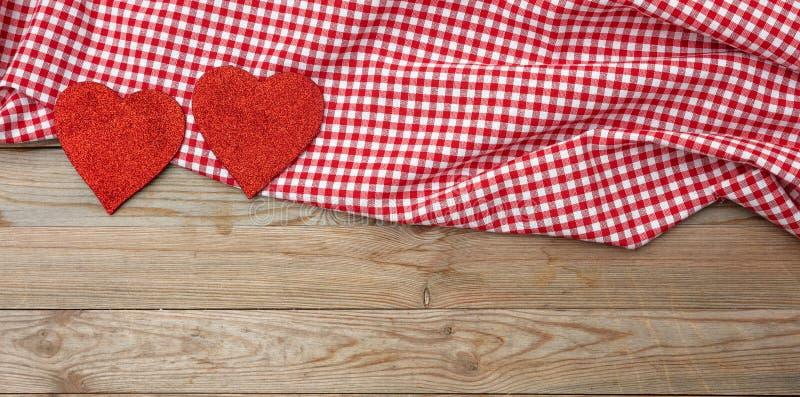 κόκκινος αυξήθηκε Τοπ άποψη των κόκκινων καρδιών υφάσματος, ξύλινο υπόβαθρο στοκ φωτογραφίες