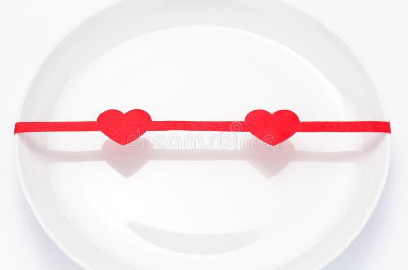 Download κόκκινος βαλεντίνος του ST κορδελλών πιάτων Στοκ Εικόνες - εικόνα από τρόφιμα, χριστούγεννα: 22789412